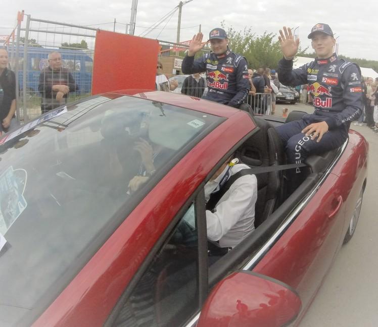 Davy Jeanney (à gauche) et Tmmy Hansen (à droite) lors de la parade des pilotes